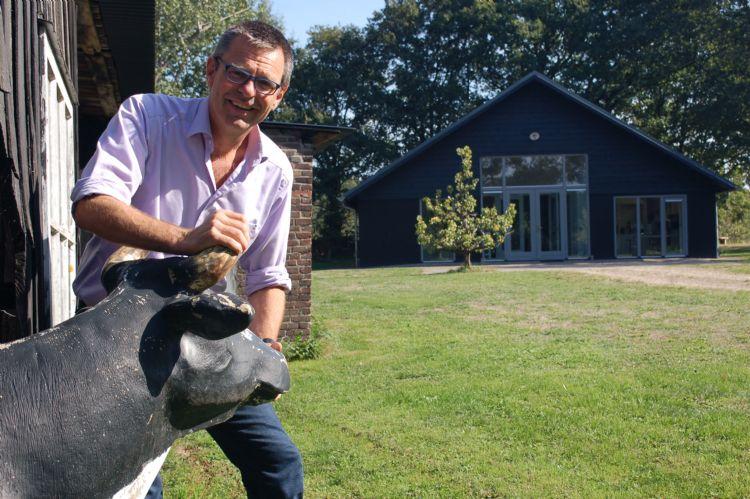 Joep Driessen vat de koe bij de horens. Op de achtergrond de trainingsruimte van Cowsignals, waar het bedrijf mensen vanuit de hele wereld opleidt. Op deze locatie houdt uitgeverij NWST haar bijeenkomst voor Content Partners.