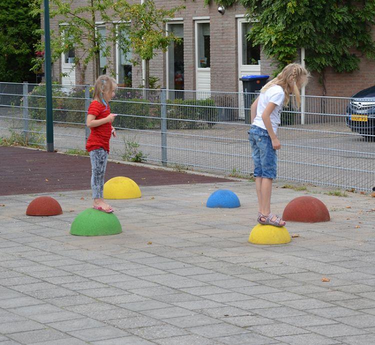 """Op diverse pleinen en speelplaatsen staan de zit en speelelementen """"Jollebollen"""". Bij kinderen zijn deze EPDM rubber gemaakte ballen zeer populair."""