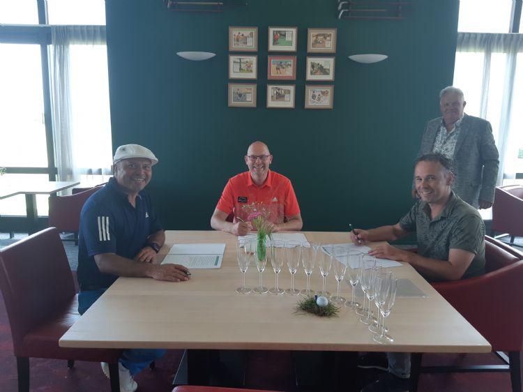 Gustavo Barrios Rivas, Hans Wognum en Johan Oosthoek tekenen het contract. Op de achtergrond Piet Oosthoek.