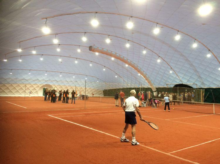 Met name hardcourt- en kunstgrastennisbanen lenen zich uitstekend voor tijdelijke overkapping.