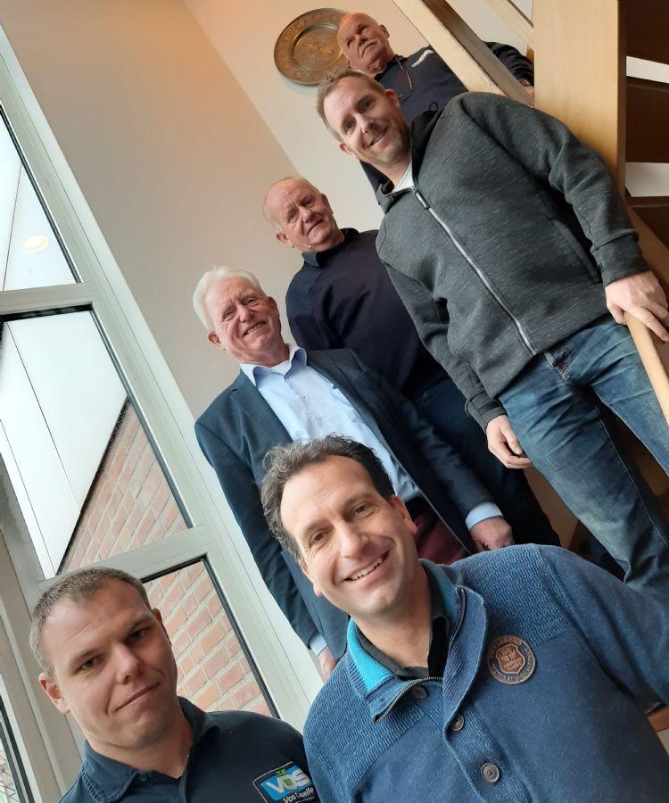 Helemaal vooraan Kees jr. (links), Ronnie (rechts). In het midden v.l.n.r.: Co, Joop, Jeroen. Bovenaan: Kees sr.