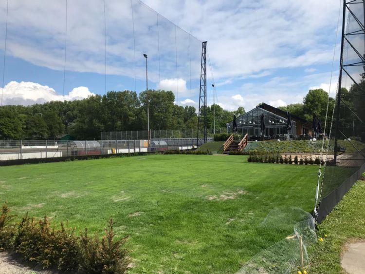 De nieuwe putting green met op de achtergrond het clubhuis.