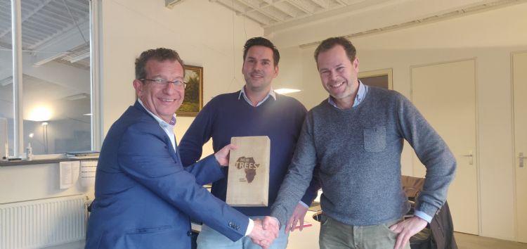 Algemeen directeur Erik Punt (rechts) en Arie van Rijssen (midden) van De Eijk Groep en Alberto Palsgraaf (NWST, links).