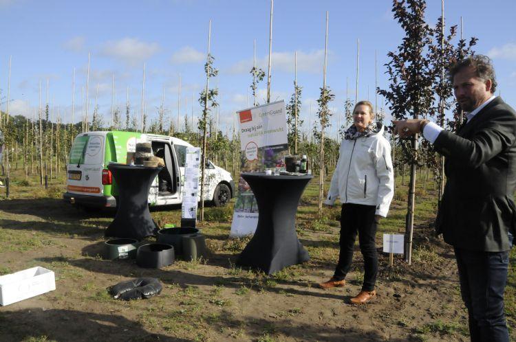 Rosemarijn van der Hulst, medewerker binnendienst en Nicolaas Verloop van het bedrijf lichten groenprofessionals graag voor.