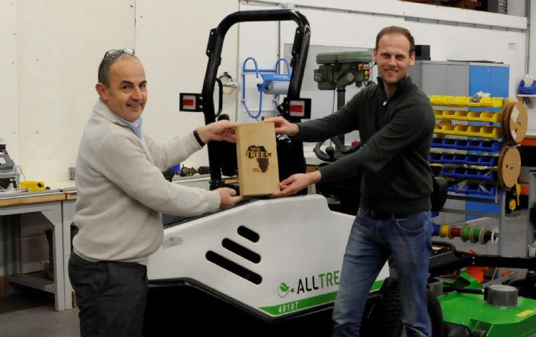 Frank van de Staak, ceo FPS-Electric ontvangt Newtrees-plakkaat van hoofdredacteur Hein van Iersel
