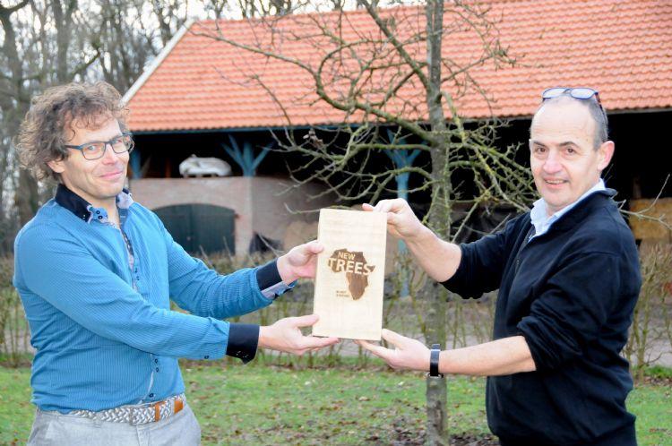 Johan Oost ontvangt het Newtrees-plakkaat van Hein van Iersel
