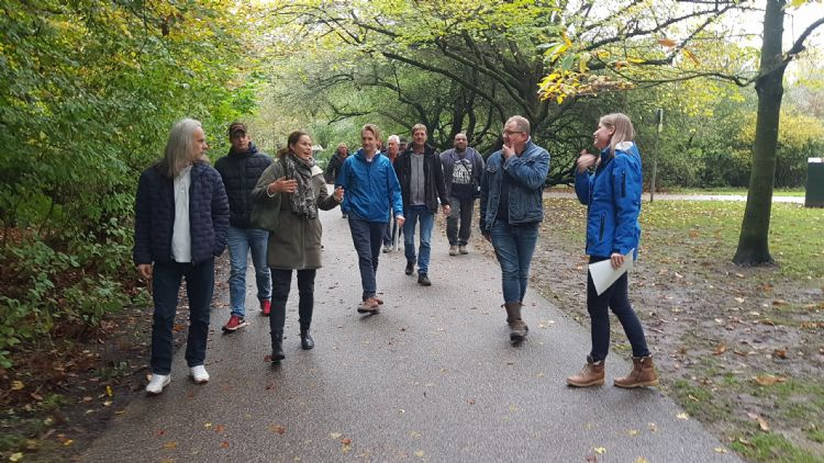Met opdrachtgever gemeente Amsterdam en parkbeheerders maken NLadviseurs Sietske Kuperus en Guido Hamelink een ronde door het Flevopark om advies en praktijk bij elkaar te brengen.