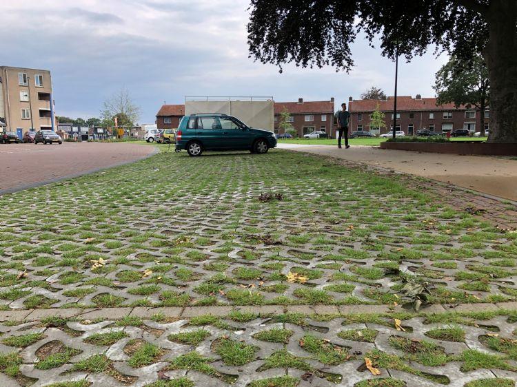 Bij het Wilhelminapark in Dongen is de Flood Bold-tegel van Rainaway toegepast in een aantal parkeerplaatsen.