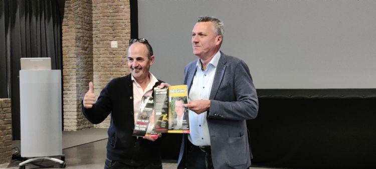 Hein van Iersel reikt het eerste exemplaar uit aan Wim van Ginkel